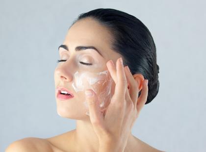 6 rzeczy, których dermatolodzy odradzają stosować na skórę twarzy. Też ich używasz?