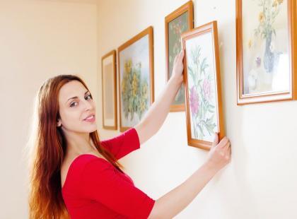 6 sposobów, jak powiesić obraz bez użycia gwoździ
