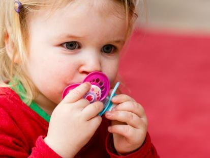 6 żelaznych zasad, kiedy dawać dzieciom smoczek