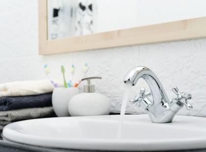 7 porad jak urządzić łazienkę, w której nie ma okna