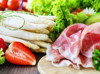 7 przepisów na dietetyczne sałatki z owocami i ziołami