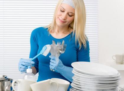 7 sposobów, by jak najtaniej zmywać naczynia