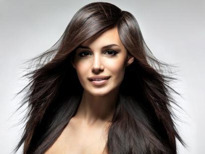7 sposobów na uniesienie włosów u nasady