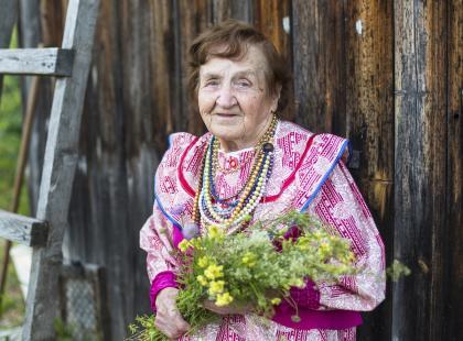 79-letnia pani Eugenia, 82-letni pan Kazimierz. Zamiast odpoczywać, pracują. Nie przechodź obok nichobojętnie