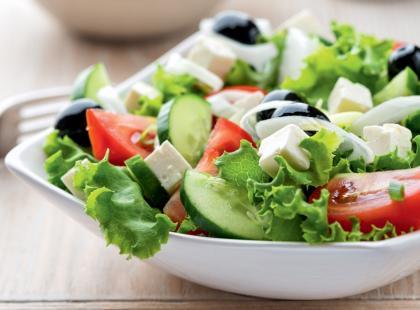 8 przepisów na sałatki z ogórkiem