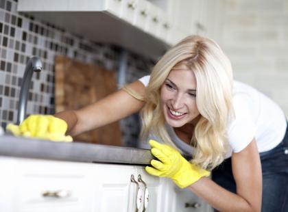 A to ciekawe! 9 sposobów na sprzątanie za pomocą... octu