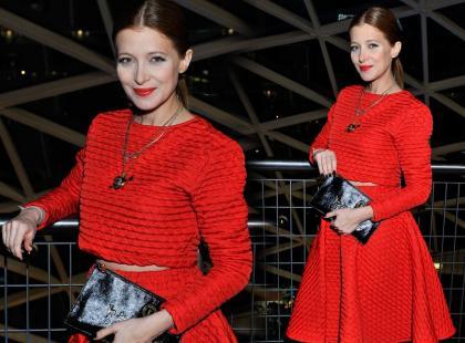 Ada Fijał w pikowanym, czerwonym zestawie
