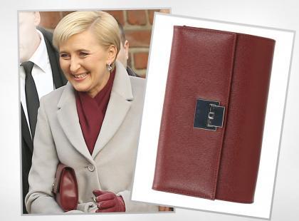 Agata Kornhauser-Duda nosi bordową kopertówkę polskiej marki (kupisz ją na wyprzedaży)