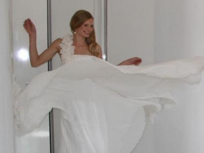 Ania Piszczałka przymierza suknie ślubne