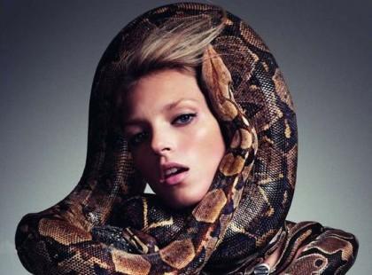 Anja Rubik w wężowej sesji dla Vogue
