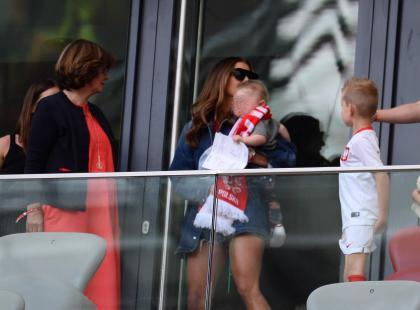 Anna Lewandowska z córką na trybunach Narodowego! Urocza Klara z szalikiem reprezentacji