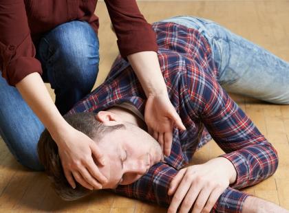 Antyporadnik pierwszej pomocy: 5 czynności, których NIE WOLNO robić, gdy ktoś ma napad padaczkowy