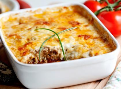 Apetyczna zapiekanka prosto z Grecji. Przygotuj tradycyjną musakę z bakłażanem lub wersję z cukinią i ziemniakami!