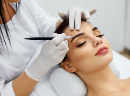 Bąble, pieczenie, infekcja - makijaż permanentny brwi zakończył się wizytą w szpitalu