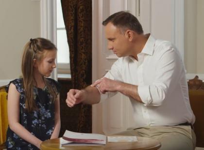 """""""Badanie znamion jest dziecinnie proste"""" - przekonuje Andrzej Duda w kampanii """"Czerniakowe abecadło"""""""