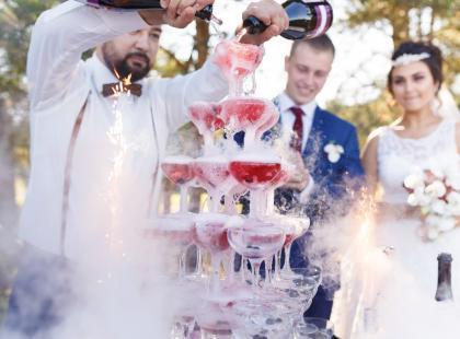 Barman na weselu – warto stawiać na taką atrakcję? Podpowiadamy!