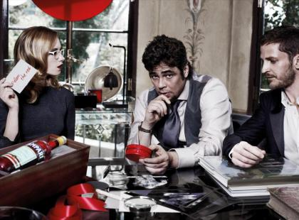 Benicio Del Toro twarzą nowego kalendarza Campari