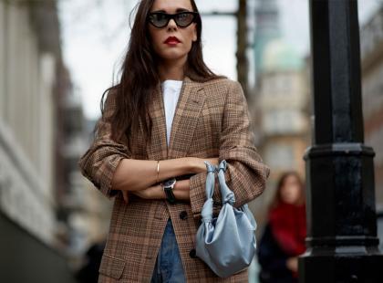 Bez dwurzędowego płaszcza jesienią ani rusz! Jakie modele są modne w tym sezonie?