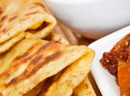 Bharwa Parantha, czyli placek z indyjskiej mąki z warzywami
