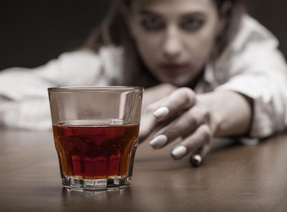 Biała gorączka po odstawieniu alkoholu może prowadzić do śmierci! Jak ją rozpoznać?