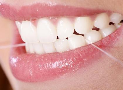 Białe zęby i zdrowe dziąsła – metody stosowane w stomatologii