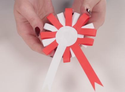 Biało-czerwony kotylion DIY. Zobacz, jak go zrobić krok po kroku!