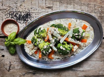 Blanszowane warzywa z sosem z tahini – przepis