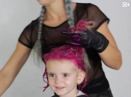 Blogerka pofarbowała włosy 2-letniej córce na różowo. Internauci są oburzeni