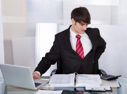 Ból kręgosłupa - skutek siędzącej pracy. Jak sobie pomóc?