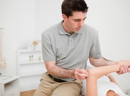Ból w łokciu i odbarczenie nerwu – w jaki sposób można pomóc?