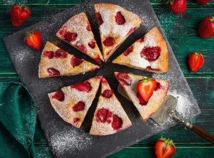 Brak pomysłu na letnie ciasto? Spróbuj ciasta jogurtowego z truskawkami. Jest naprawdę proste!