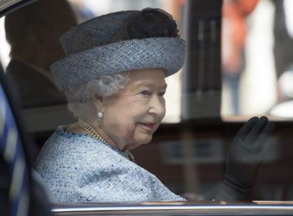 Brytyjczycy przerażeni gromadzą się pod Pałacem. Ludzie martwią się o zdrowie królowej i jej męża...