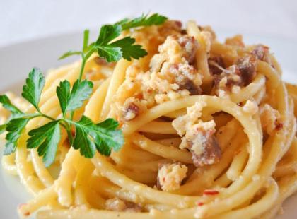 Bucatini z pomidorami, oliwkami i bazylią - przepis