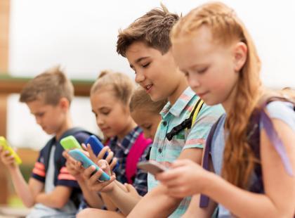 Całkowity zakaz smartfonów w szkołach już od września!