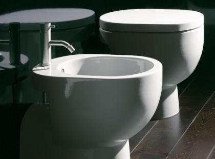 Catalano w toalecie