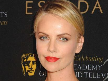 Charlize Theron na Bafta Tea Party 2012 - Hot look