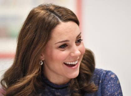 Chcesz mieć fryzurę jak księżna Kate? Jej ulubiony kosmetyk do włosów kupisz w każdej drogerii!