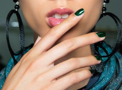 Chcesz mieć trwały manicure bez lampy? Zobacz propozycje zestawów, które ci to ułatwią!
