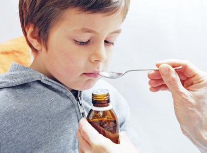 Chcesz podać dziecku syrop na katar? Sprawdzamy, co muszą mieć w składzie takie preparaty (i czego nie powinny)