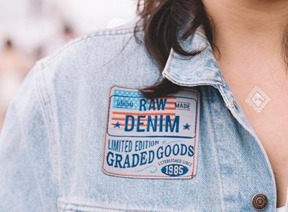 Chcesz się wyróżniać? Postaw na personalizowane ubrania. Podpowiadamy jak je zrobić!
