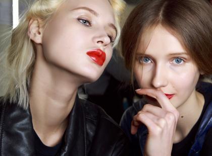 Chcesz wyglądać seksownie i tajemniczo? Dwukolorowa szminka odmieni twój grzeczny makijaż i doda mu drapieżności