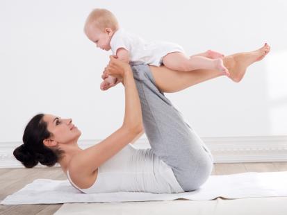 Chcesz zacząć ćwiczyć, ale zajmujesz się dzieckiem? Zobacz, jakie ćwiczenia możesz robić razem z nim!