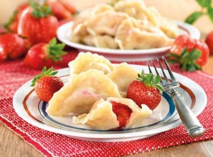 Chcesz zrobić obiad na słodko? Sprawdź, jak zrobić pierogi z truskawkami!
