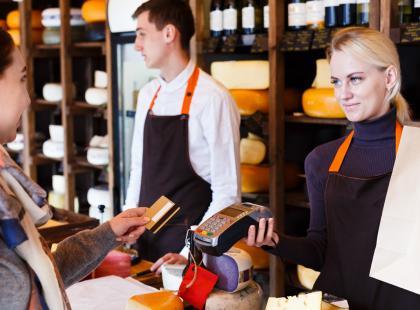 Chciałabyś dorywczo pracować jako tajemniczy klient? Zobacz, co należałoby do twoich obowiązków i ile możesz zarobić!
