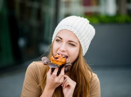Cheat meal – brzmi kusząco, ale czy oszukany posiłek ma sens?