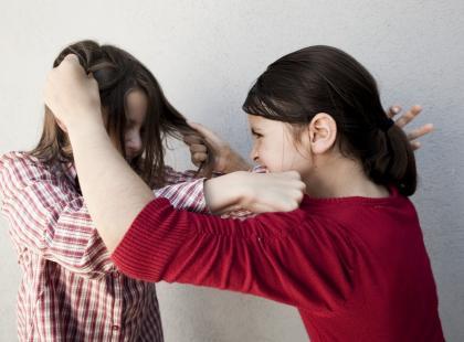 """""""Chłopaka mi odbiłaś!""""! Uczennice gimnazjum brutalnie pobiły koleżankę, nikt nie zareagował. Wszystko widać na filmie"""