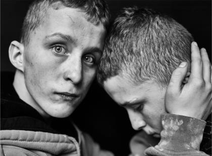 """Chłopcy, którzy """"zło"""" odziedziczyli po rodzicach. Polska fotografka sportretowała wychowanków poprawczaka"""
