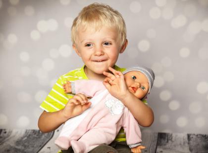 Chłopiec bawiący się lalką