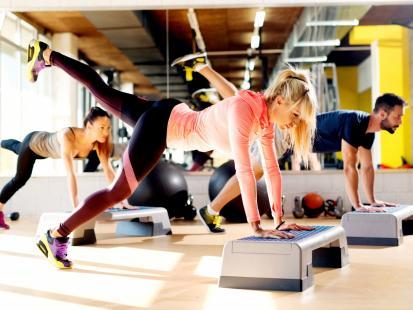 Chodzisz na aerobik? Poznaj nazwy kroków wykorzystywanych w tym treningu!