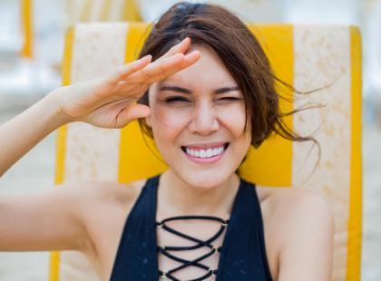 Chroni skórę przed promieniowaniem UV, a jednocześnie matowi ją. Używałaś już pudru z filtrem?